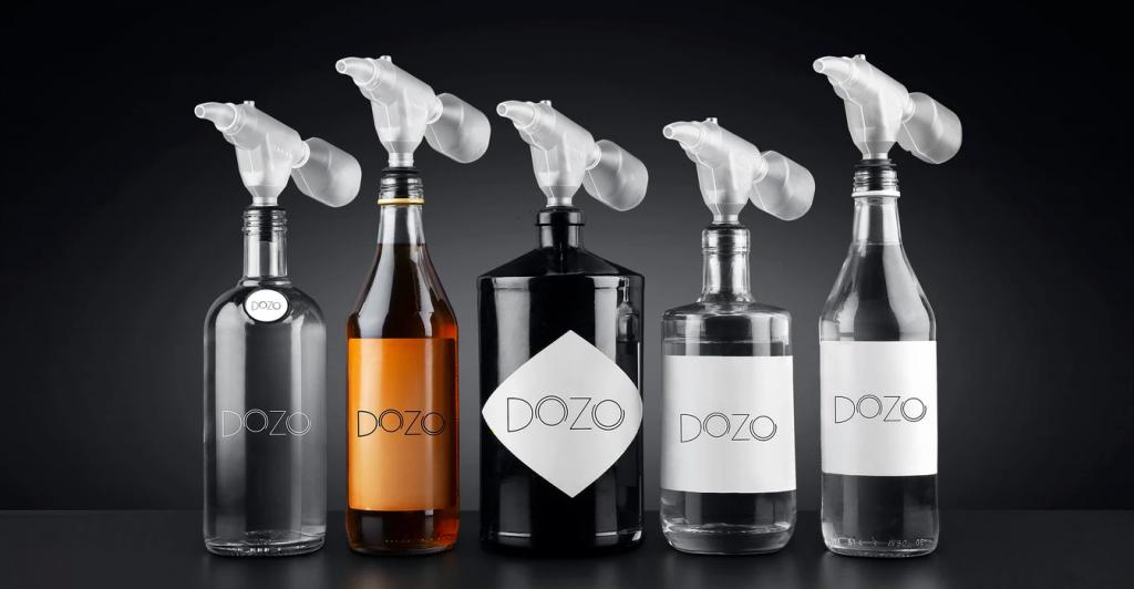 3D-tulostuksen tuella suunniteltu alkoholiannostelija Dozo kiinnitetään suoraan pulloon.